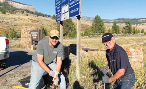 with state and federal organiLee Griffiths and Dan Alger install the final emergency call box on Highway 191. PHOTO COURTESY PATTY ALGER